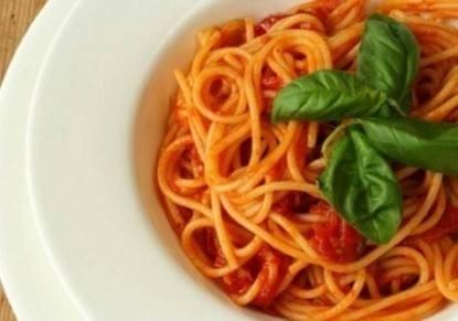 مكرونة بصلصة الطماطم و الريحان