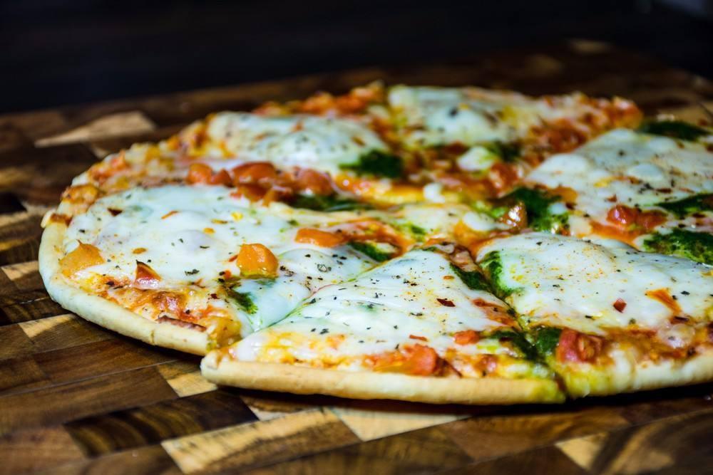 طريقة عمل بيتزا السلامي بالجبن البارميزان