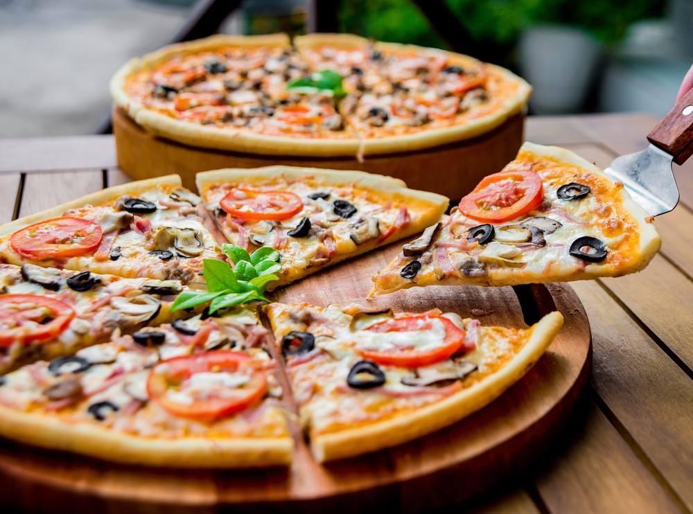 طريقة عمل بيتزا باللانشون والزيتون