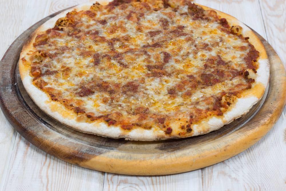 طريقة عمل بيتزا بالسجق و الموزاريلا