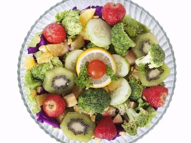 طريقة عمل سلطة الخضروات والفواكه