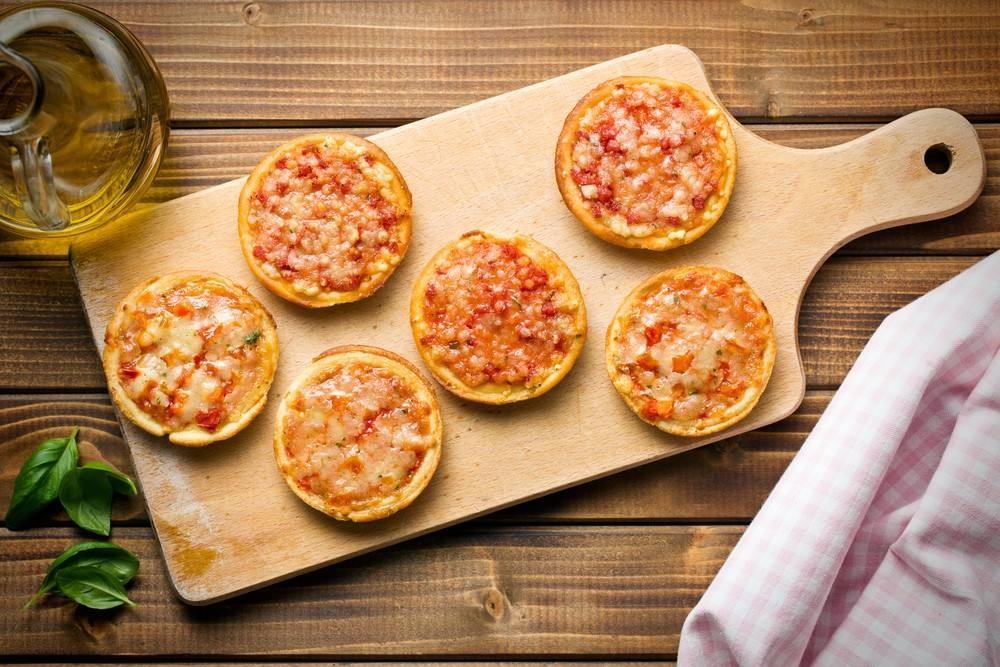 طريقة عمل الميني بيتزا بالطماطم و الموزاريللا