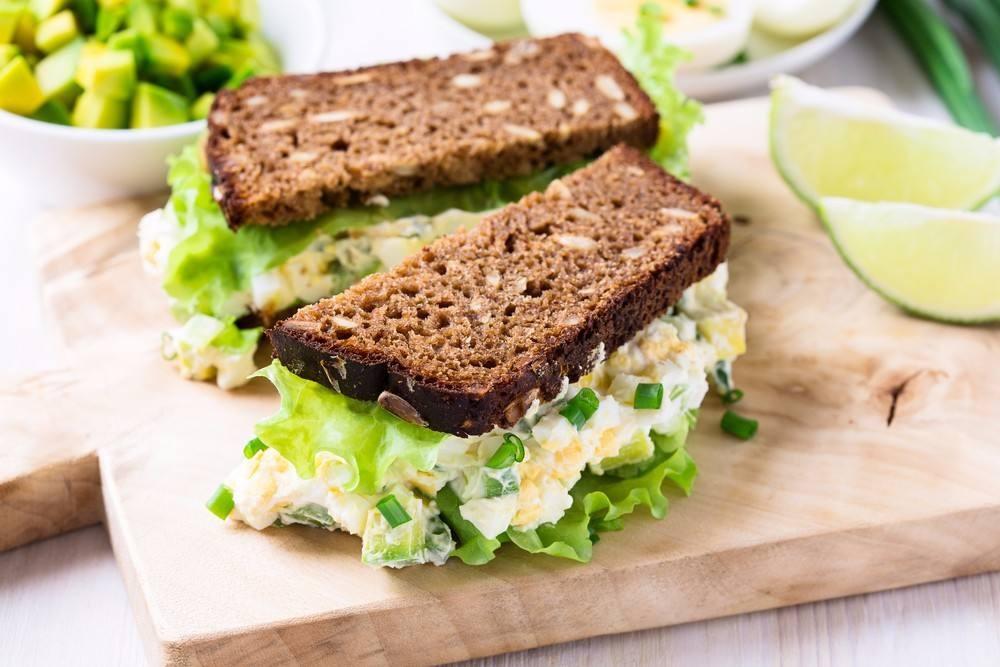 طريقة عمل ساندويتش البيض بالكرفس و البصل