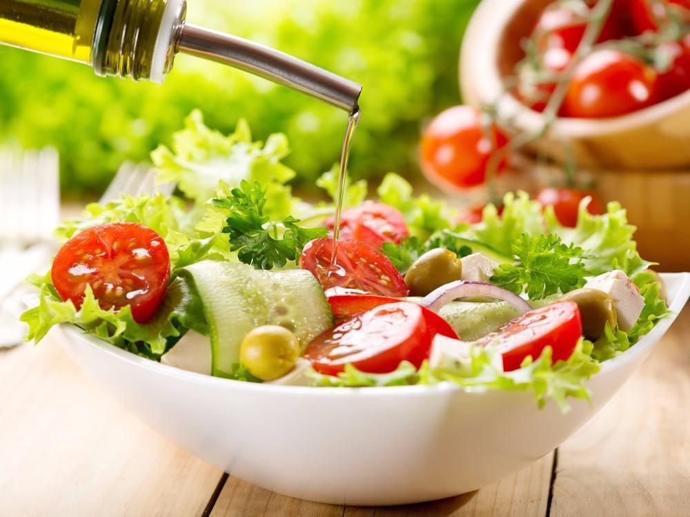 طريقة عمل سلطة الطماطم و الخس بالزيتون
