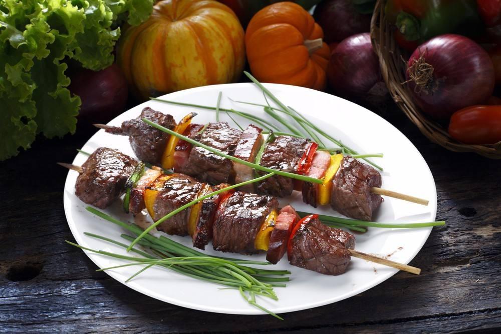 طريقة عمل شيش اللحم المشوي بالفلفل الملون