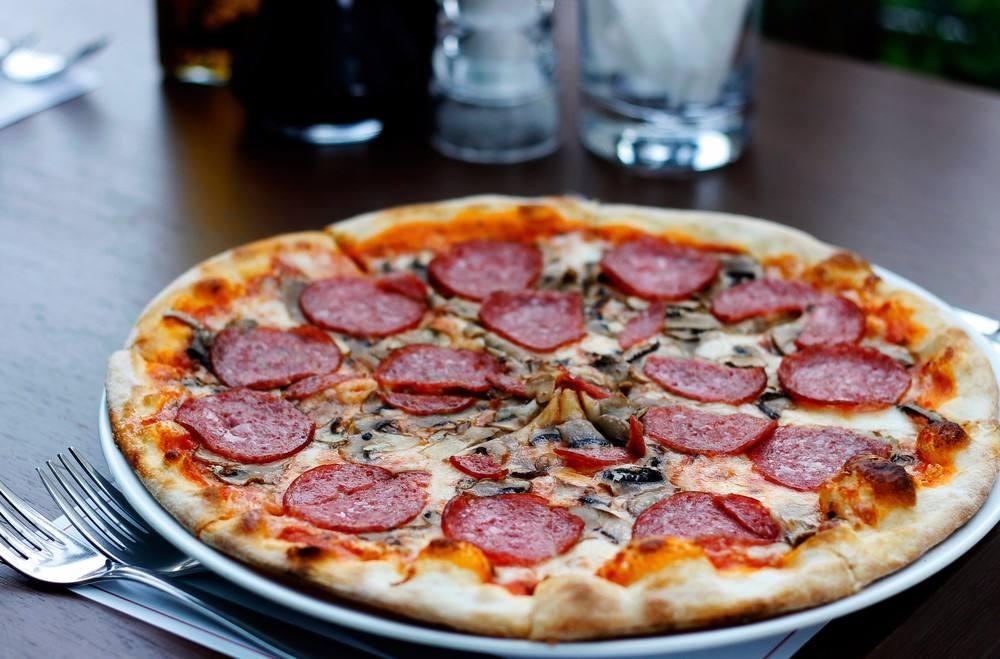 طريقة عمل بيتزا بالمشروم والسلامي